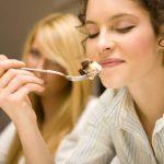 estudiante disfrutando de un plato