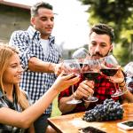 estudiantes disfrutando el vino