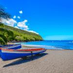 在马提尼克岛的海滩上船